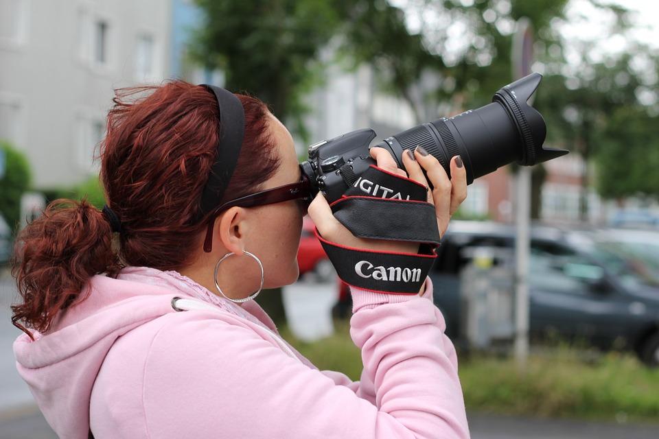 fotografka při práci