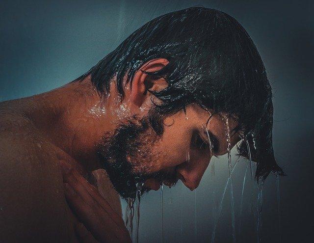 chlap ve sprše